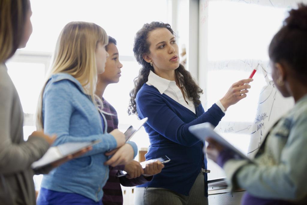 professora-e-alunos-na-sala-de-aula
